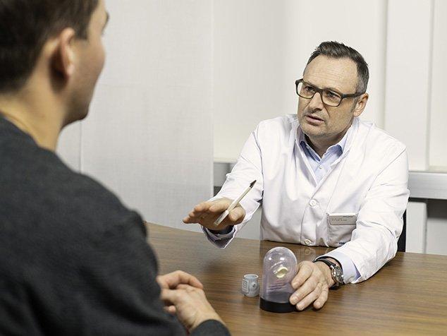 Herzchirurg im Gespräch mit Patient