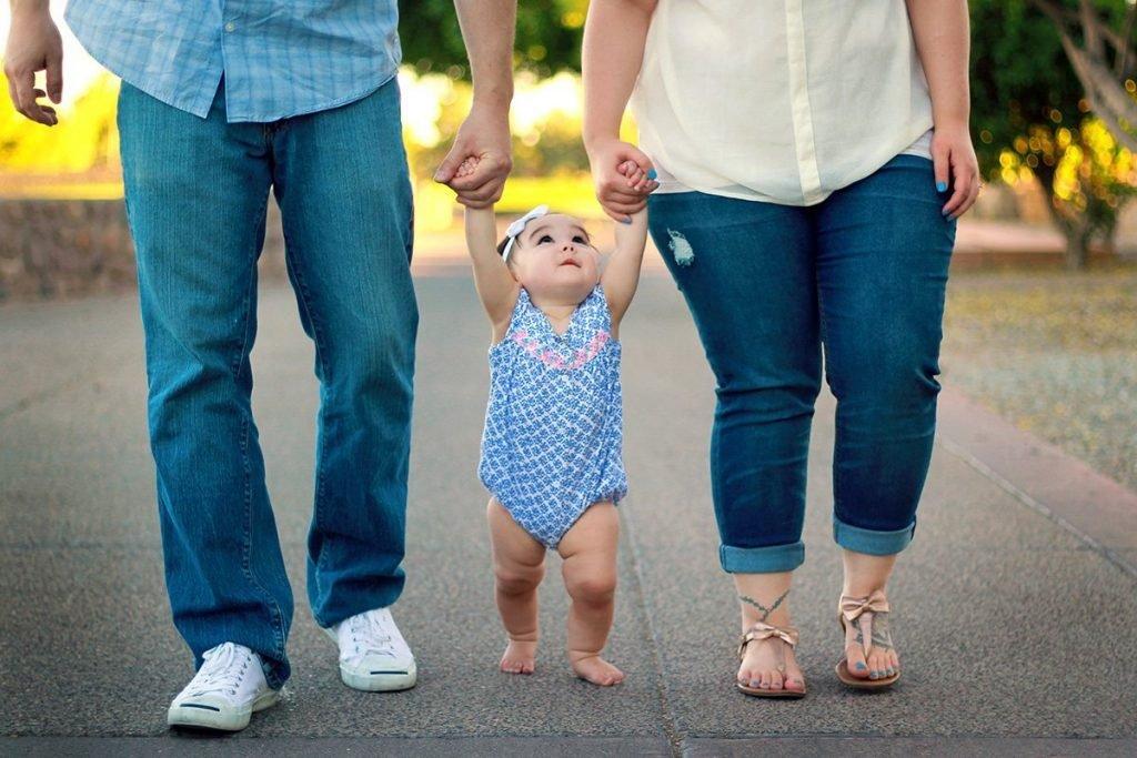 Familie beim Spazieren