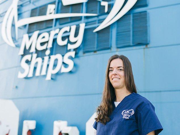 Viviane Pedroni vor dem Mercy Ships Spitalschiff