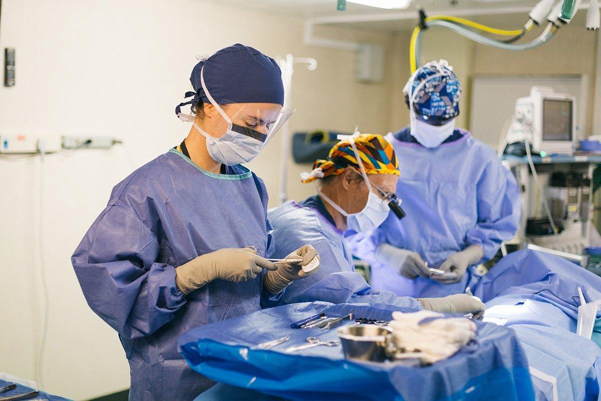 Viviane dans la salle d'opération du navire-hôpital de Mercy Ships