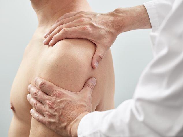 Arzt untersucht Schulter