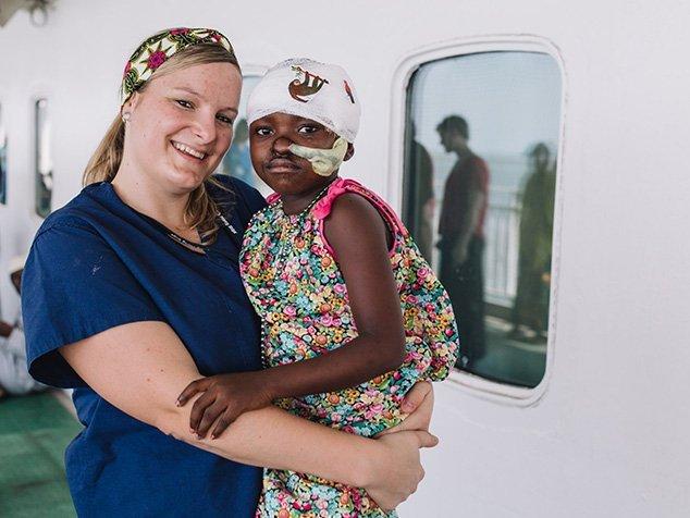 Miriam mit junger Patientin bei Mercy Ships