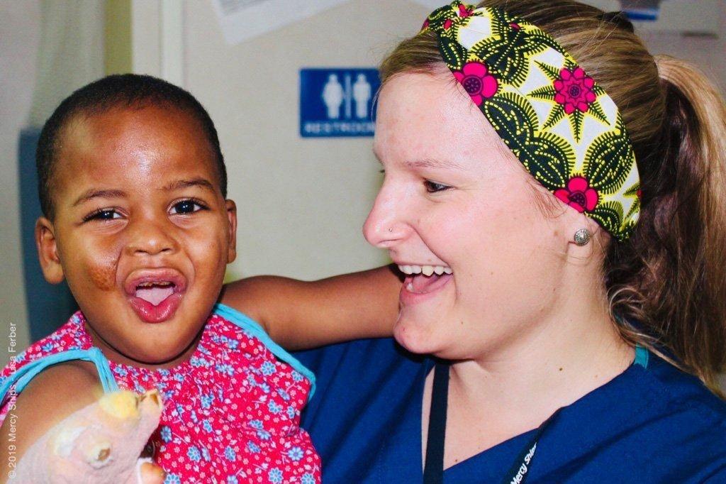 Miriam mit Mädchen auf dem Arm auf dem Spitalschiff