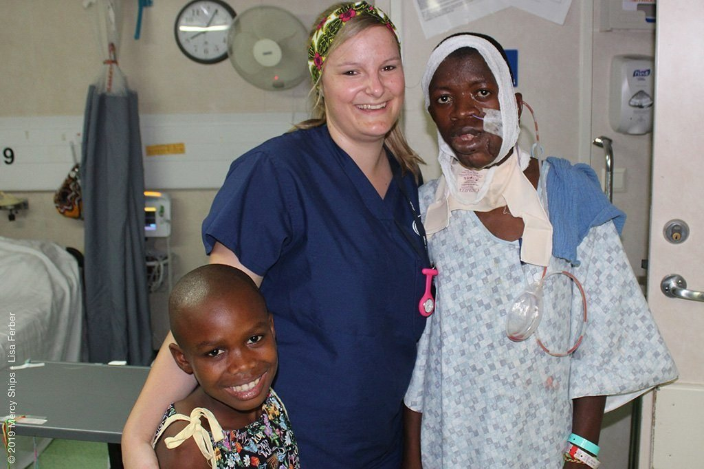 Miriam mit grossen und kleinen Mercy-Ships-Patienten
