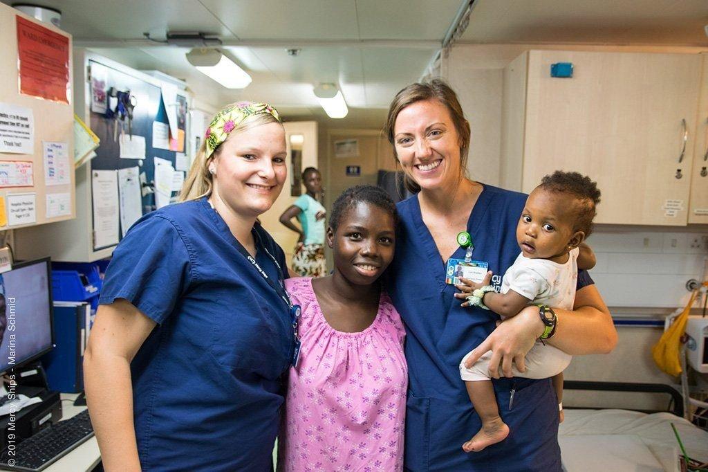 Miriam und weitere Pflegefachfrau mit Patienten auf dem Spitalschiff