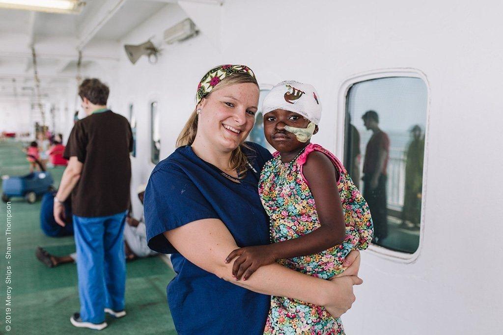 Miriam mit frisch operiertem Mädchen