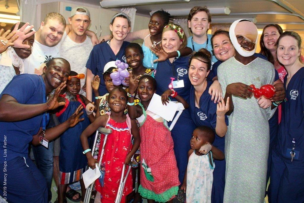 Gruppenbild Patienten und Personal bei Mercy Ships