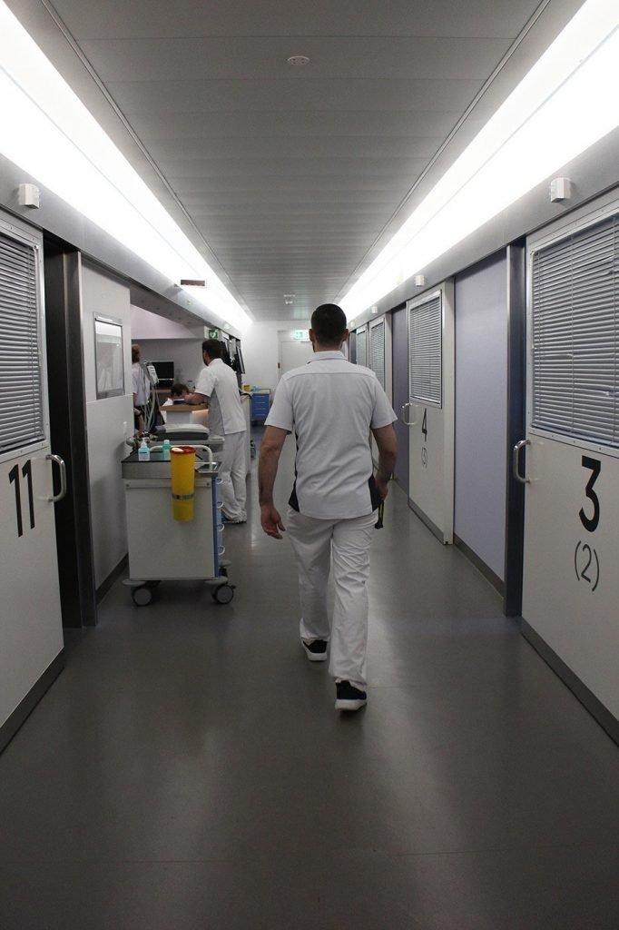 couloirs du service des urgences de la clinique Hirslanden