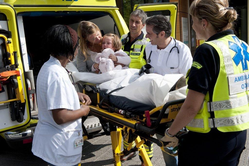 petite fille à bord d'une ambulance