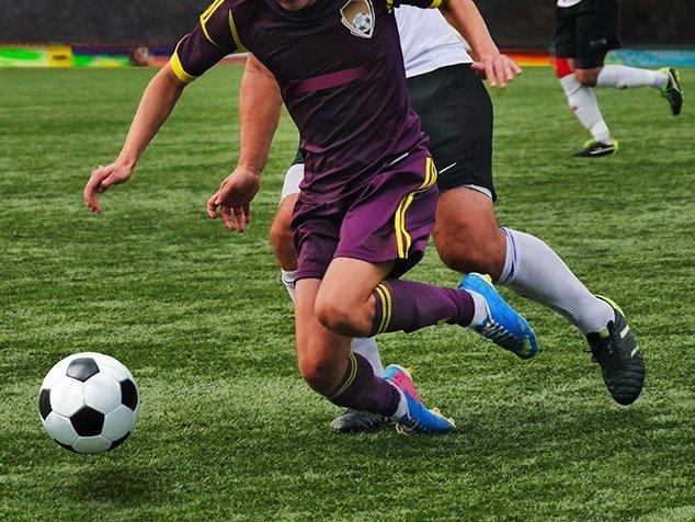 Fussspieler kurz vor Sturz - Gefahr für einen Kreuzbandriss