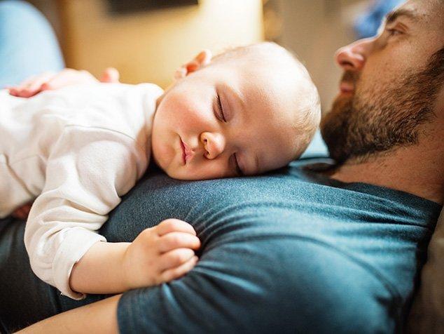 Papi und Baby schlafen