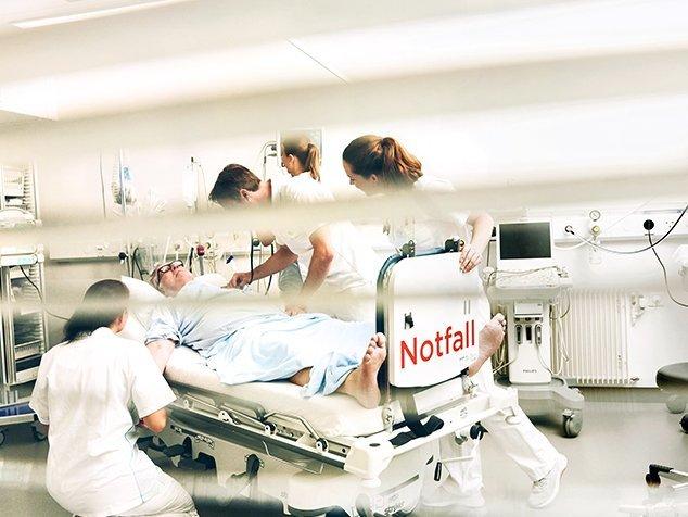 Notfall-Team verpflegt einen Patienten