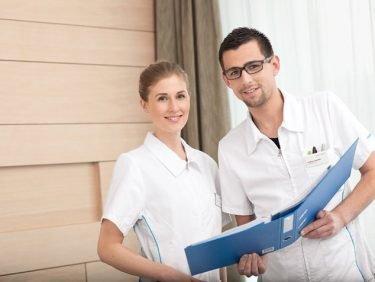 Eine Berufslehre im Spital: Drei Lernende im Interview nach ihrem Abschluss